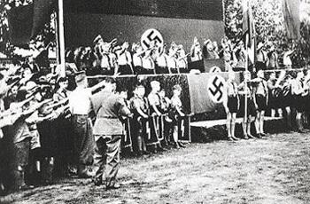 Hitlerjugend wird für den Krieg gedrillt