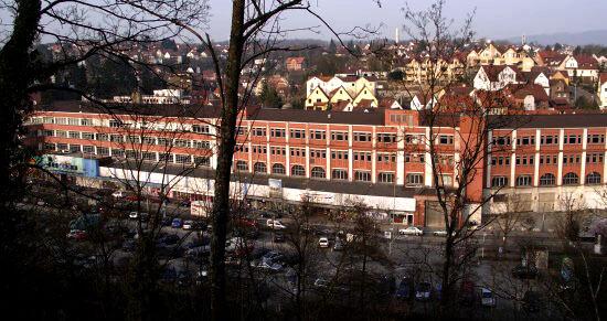 Der Schweizerbau. Unten die Bleichwiese (Parkplatz) und die Murr