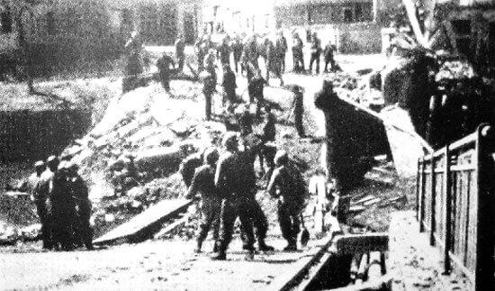 Amerikanische Soldaten auf zerstörter Brücke in Sulzbacherstraße