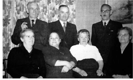 Der Backnanger Kommunist Franz Hopfensitz und dessen Schwager, das SPD- und Gewerkschaftsmitglied Rudolf Weiß, im Kreis von Ehefrauen und Freunden etwa in den 60er Jahren (ohne Quellenangabe).