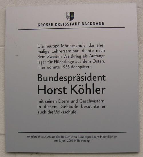 Anlässlich des Besuchs von Bundespräsident Horst Köhler angebrachte Tafel am Eingang des Seminars